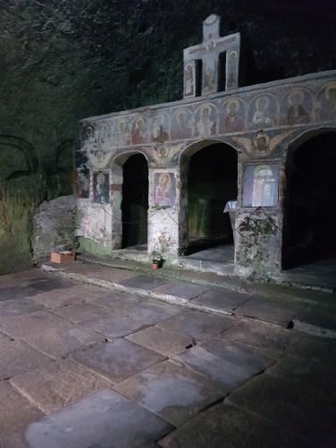 altar Manstirea rupestra Corbii de Piatra Corbi Arges