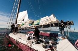 La grande voile doit être ajustée de nouveau, l'équipe la retire après des tests en mer.