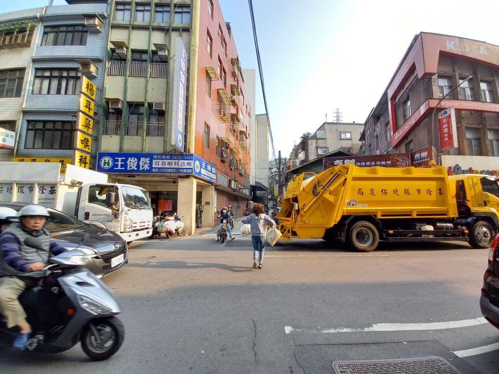 2021 garbage disposal recycling Taiwan garbage trucks taking out the trash
