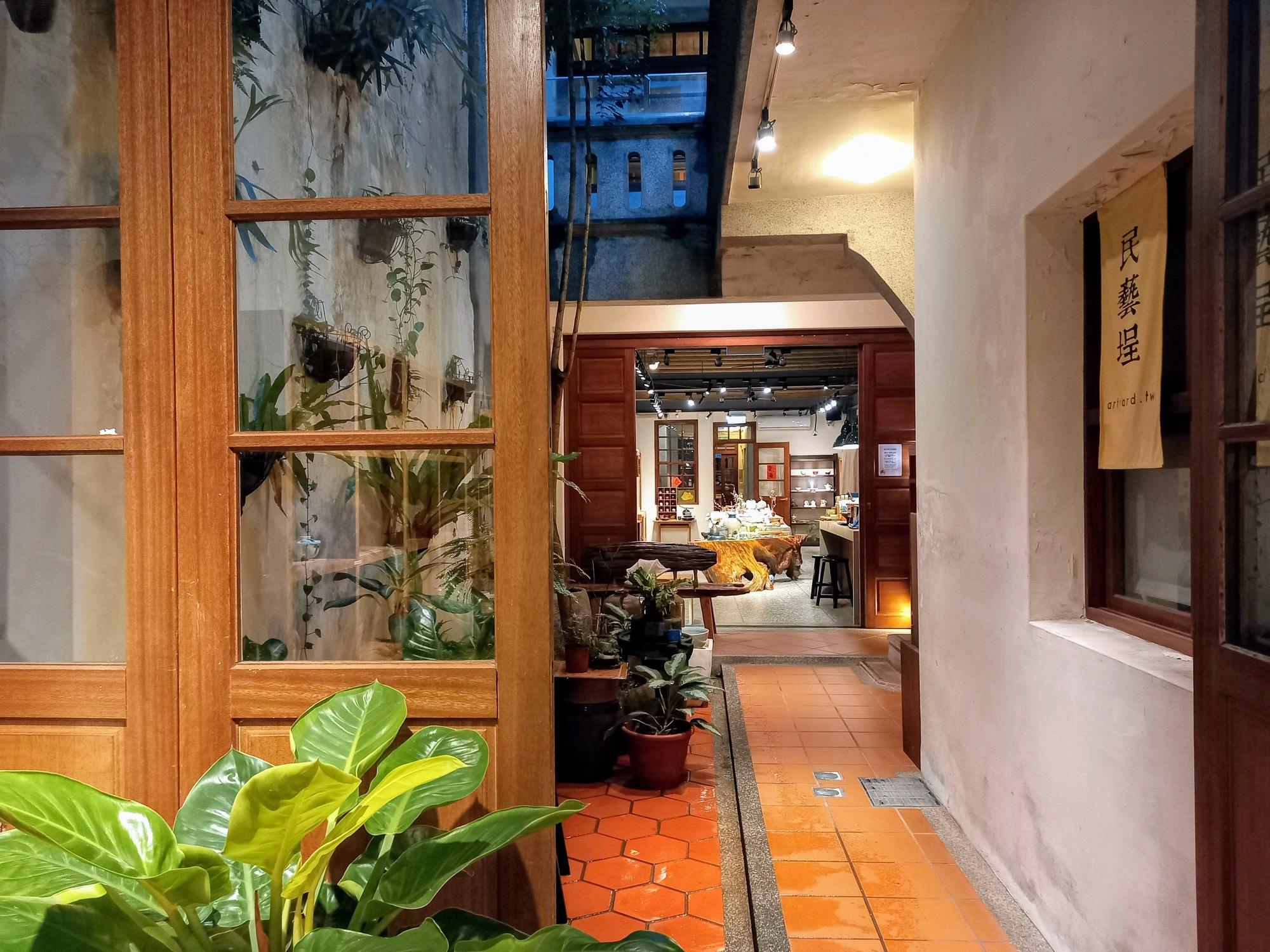 Small courtyard between ArtYard and LeZinc Café & Bar, Dihua St. Dadaocheng 大稻埕