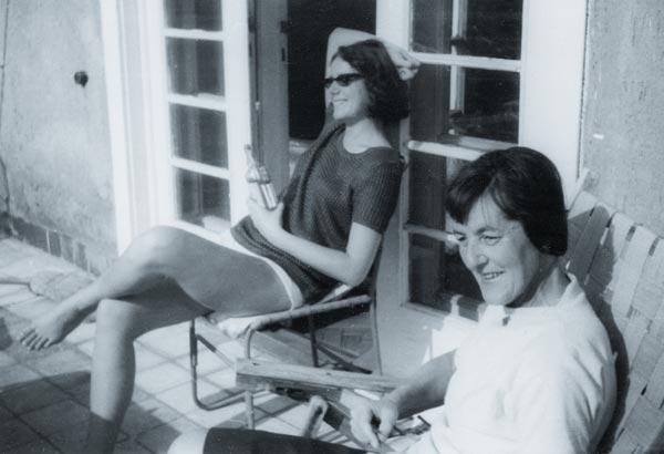 Keserü Ilona és Debreczeni Gyöngyi Ottlik Gézáék teraszán, 1962 szeptembere Keserü számára az Ottlik Gézával és körével kötött barátság meghatározó és inspiráló volt.