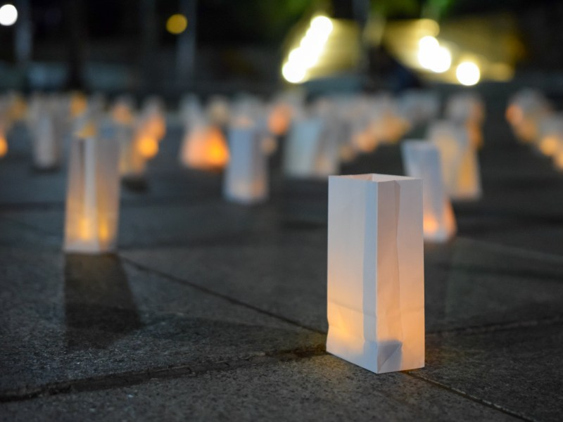 Candlelight vigil for victims in Las Vegas shooting at Ho Plaza on October 3rd, 2017. (Boris Tsang/Staff Photographer)