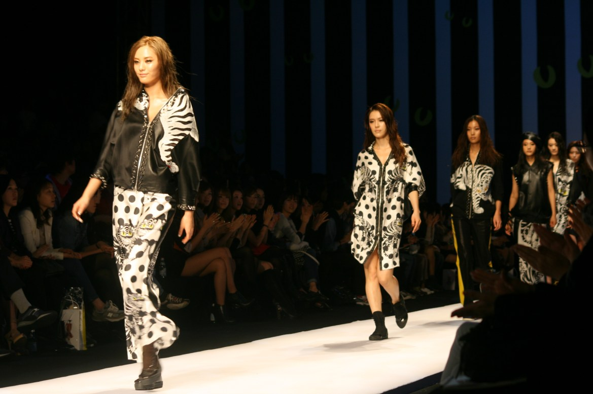 Nana_and_Kahi_in_2011_Seoul_Fashion_Week