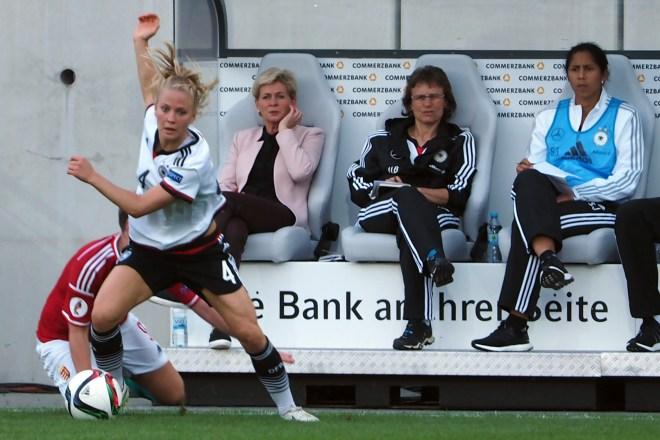 Zu dritt auf der Trainerinnenbank: Silvia Neid, Ulrike Ballweg und Steffi Jones beobachten Leonie Maier im Spiel gegen Ungarn - Foto: Uta Zorn