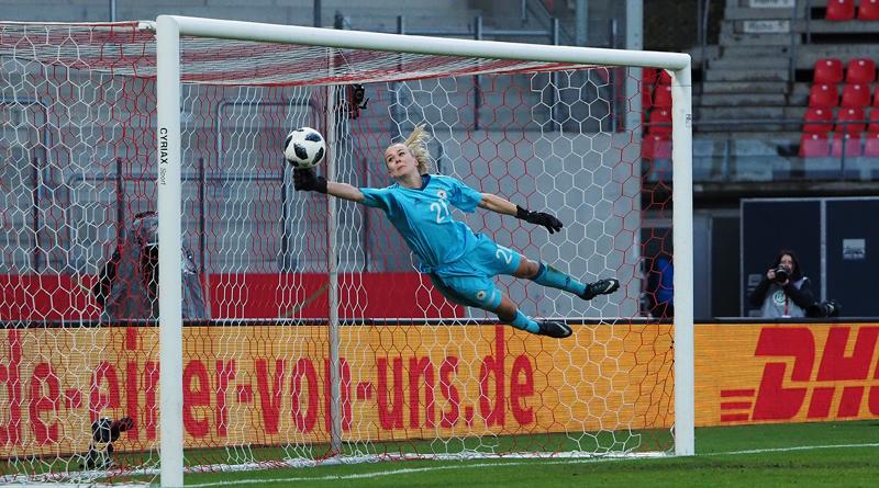 Merle Frohms sichert das Unentschieden gegen Spanien