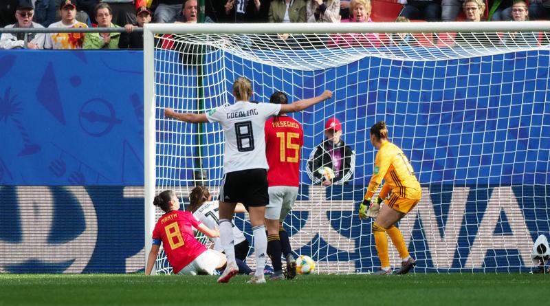 Sara Däbritz grätscht zum 1:0 gegen Spanien