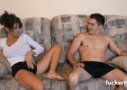 Madrasta safadona Peituda brincando de sexo com um rapaz que não estava conseguindo nem paquera
