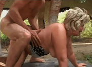 Sexo em baixo da ponte com coroa loira transando com o seu vizinho