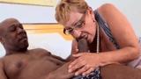 Sexo com velha safada que estava precisando de mandioca