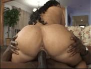 Corno Grava Sua Esposa Feliz da Vida em cima de uma jeba preta e enorme