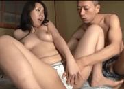 Porno Asiático com Mamãe do Bucetão Caindo nas tentações do japa tarado de seu filhote