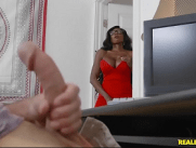 Negra madura toda carente pegando o genro que estava bem a vontade com a mão na mandioca