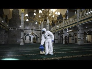 شاهد: رئيس إندونيسيا يشرف بنفسه على حملة تعقيم آلاف المساجد بسبب كورونا