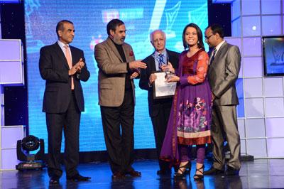 Chief Guest Mr. Anand Sharma, Guest of Honour Mr. Sunil Bharti Mittal along with Mr. Dinesh Agarwal & Arun Maira felicitate Ms. Priyanka Gupta