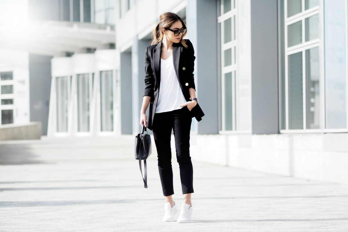 How-to-wear-a-double-breasted-blazer-corporate-style-story-white-trainers