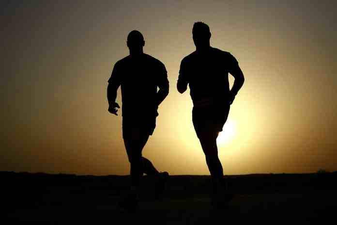 deux hommes qui courent