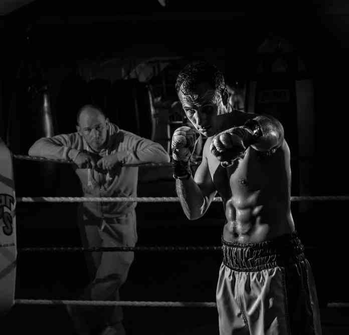 Boxeur en train de faire un shadow boxing