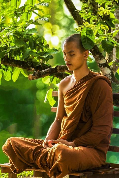 moine faisant une médtitation zen en extérieur