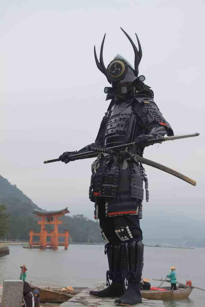 Samurai en armure avec deux sabres