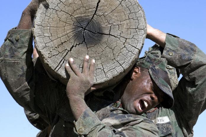 Militaires portant un rondin