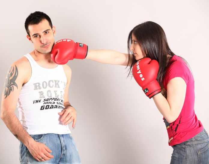 Femme frappant un homme qui semble agacé