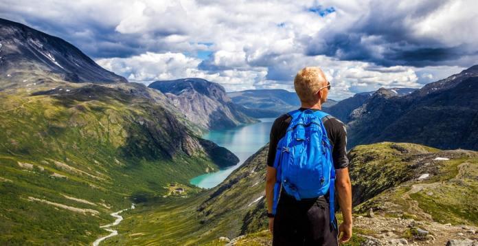 Homme face à une montagne