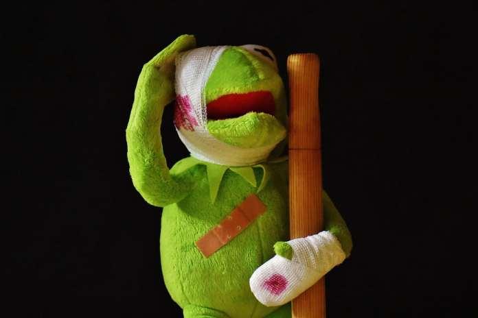 Peluche Kermit blessée