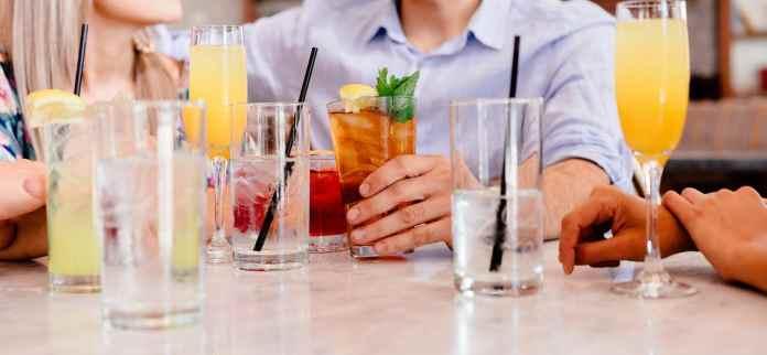 Amis qui prennent un cocktail