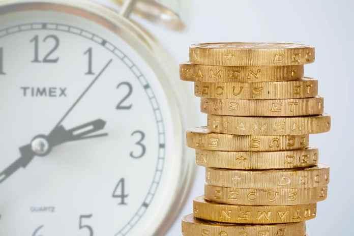 Pièces de monnaie avec une horloge ne fond