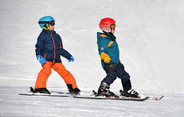 Deux enfants qui font du ski