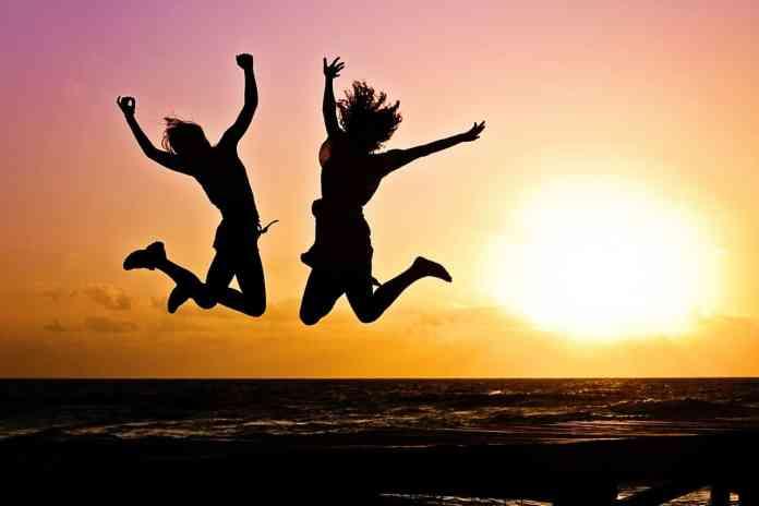S'entraîner à deux : Deux filles sautant sur la plage