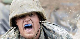 Soldat avec un protège dent