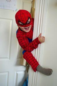 Enfant déguisé qui s'amuse