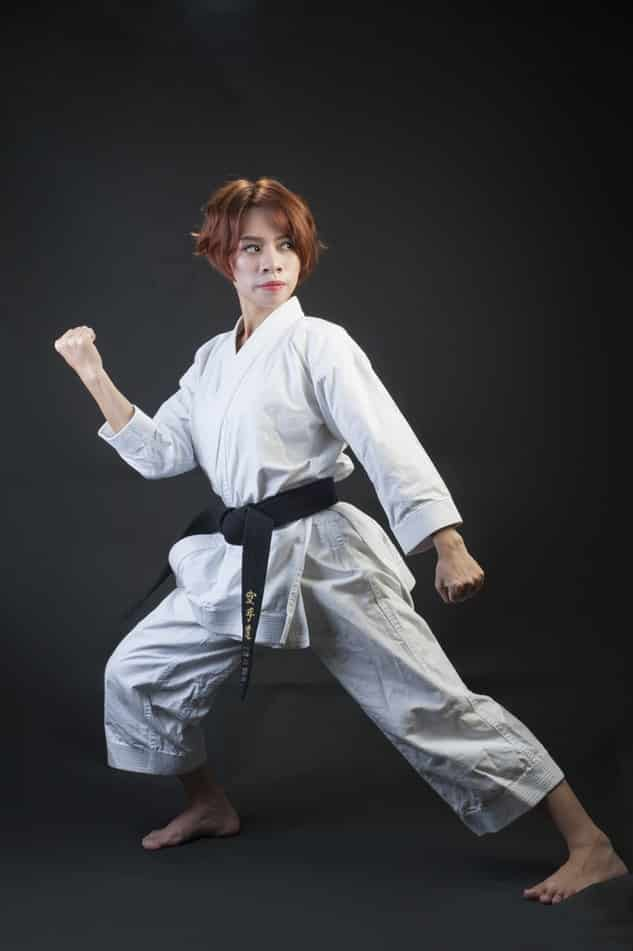 Femme qui fait du Karate