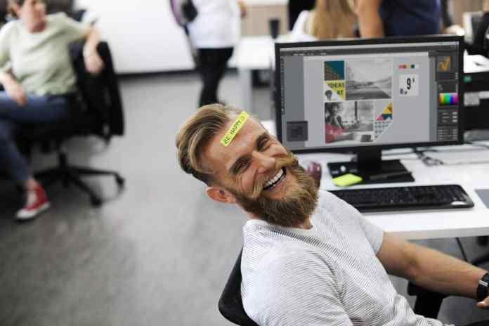 Homme joyeux au travail