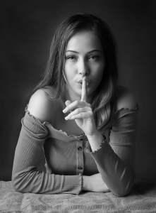 femmes faisant le geste du silence