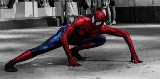 Spiderman en position quadrupédique