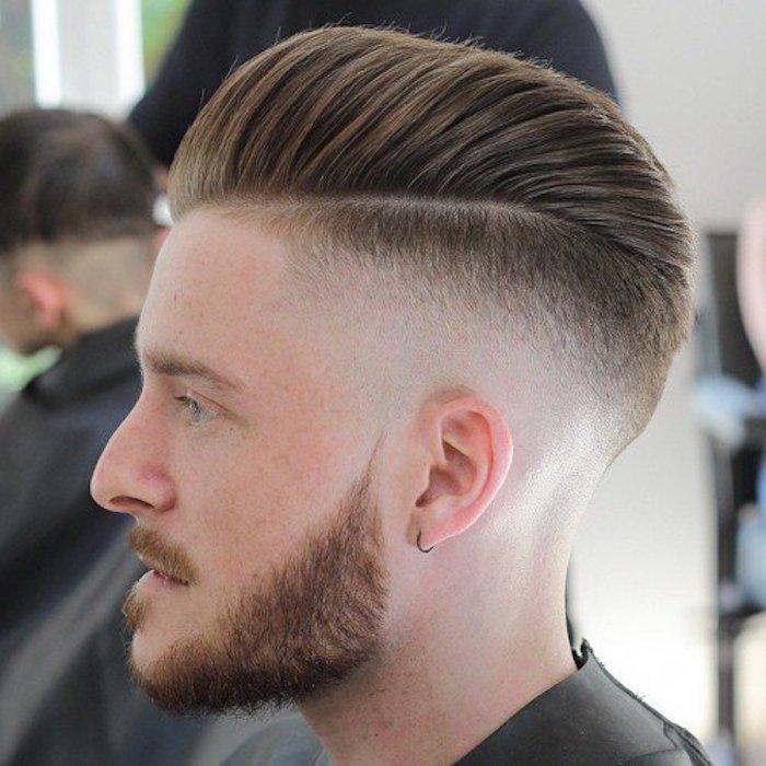 Taglio di capelli uomo con Pompadour, acconciare i capelli, capelli corti per uomo