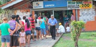 Casas Lotéricas lotadas, fecham às 12h00/Foto: Zeferino Neto