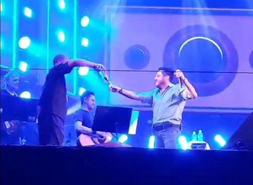 Cantor Bruno, da dupla Bruno e Marrone, grava vídeo explicando o que aconteceu durante show em Patos de Minas