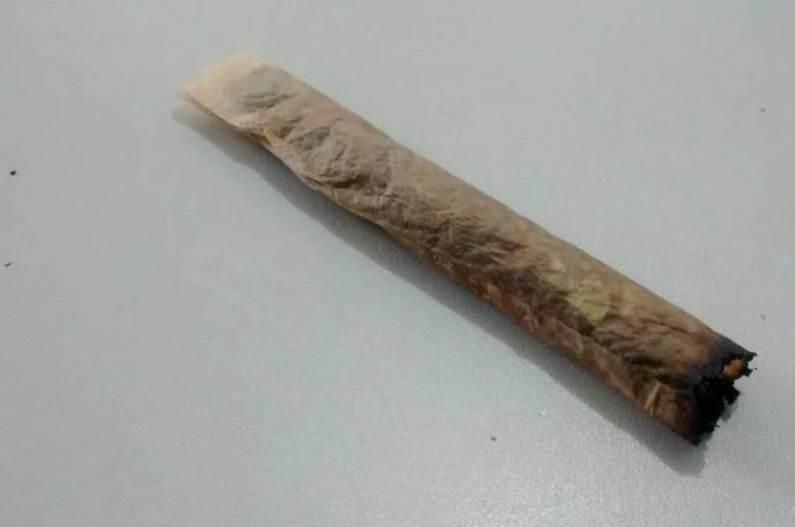 Garoto de 13 anos é flagrado fumando maconha dentro de sala de aula