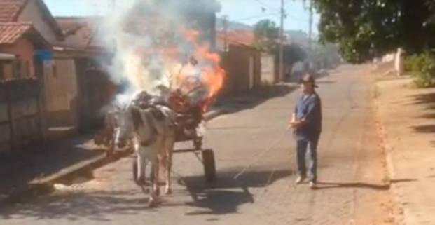 Carroça em chamas transita pelas ruas de Patos de Minas
