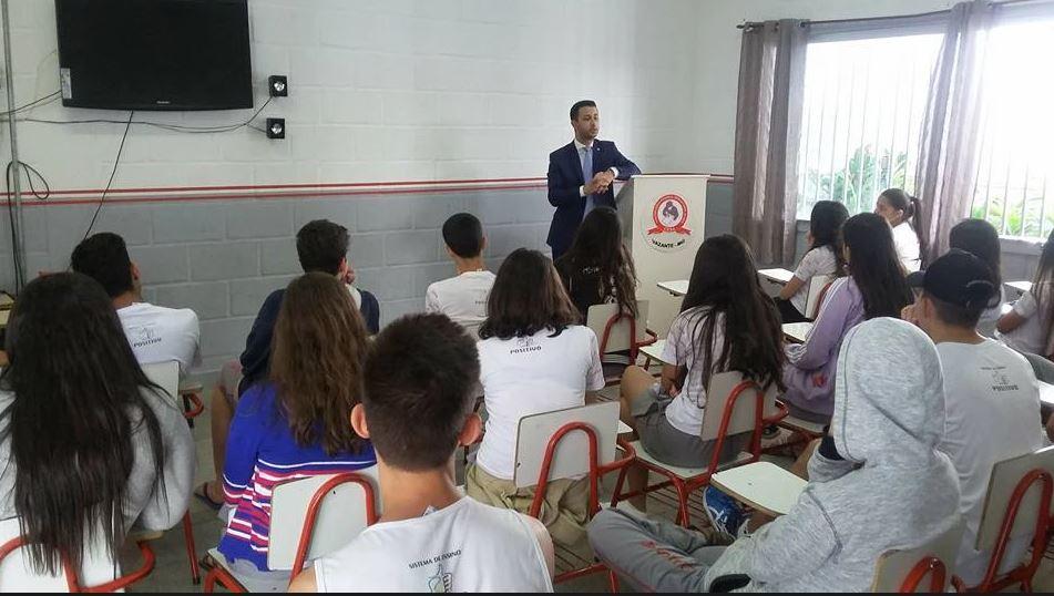 PROJETO PROFISSÕES: Juiz de Vazante ministra palestra aos alunos da escola CESA
