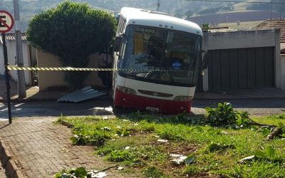 Ônibus desgovernado invade residência e fere idoso de 64 anos no Bairro Novo Horizonte em Patos de Minas