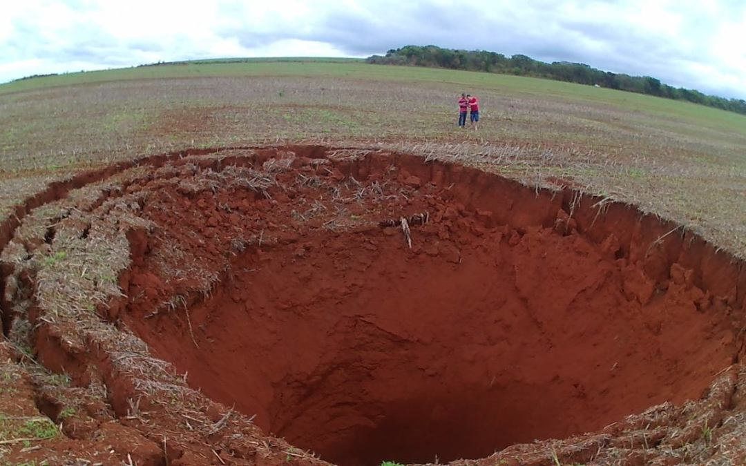 Cratera gigante é encontrada em fazenda no município de Coromandel, próximo a ponte do Rio Paranaíba