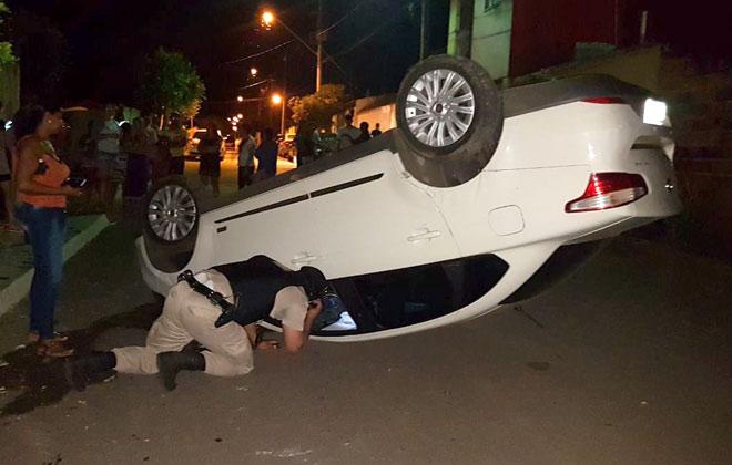 Veículo capota e outro vai parar na parede de uma casa após desentendimento no trânsito