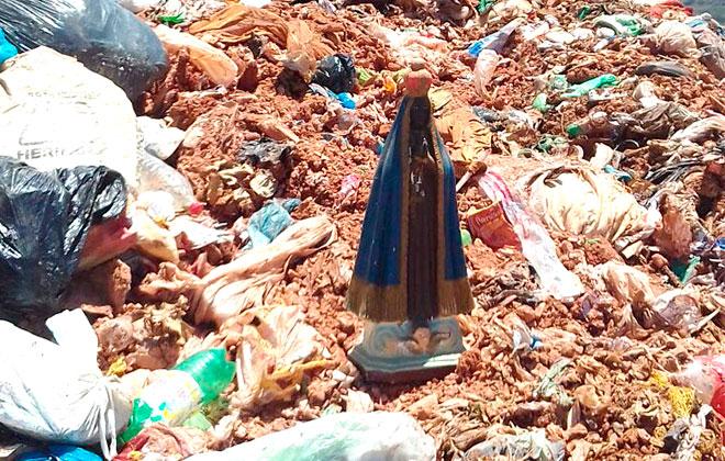 Imagem de Nossa Senhora resiste à compactação de trator e é achada intacta no Aterro Sanitário
