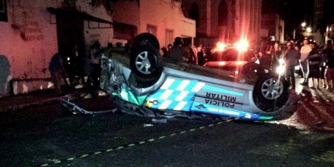 Viatura da PM capota e dois policiais ficam feridos em Piracanjuba