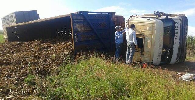 Polícia Rodoviária Estadual registra acidente com bi-trem carregado de cana