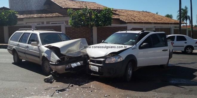 Acidente no centro de Morrinhos causa danos em veículos e deixa feridos